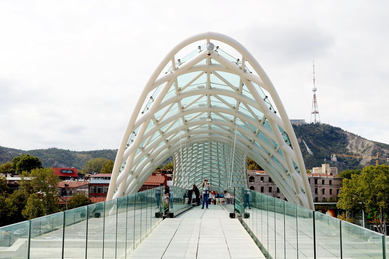 co zwiedzić w tbilisi most pokoju
